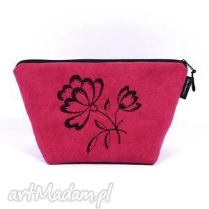 kosmetyczka ::black flowers on maroon::, zamsz, haft, wyszywana, alkantara, kwiat