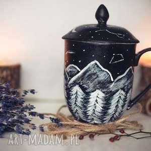 porcelanowy kubek góry z przykrywką i zaparzaczem, pokrywka