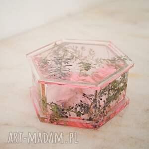 ręcznie zrobione pudełka puzderko małej miss - różowe puzderko na biżuterię z kwiatów i żywicy epoksydowej