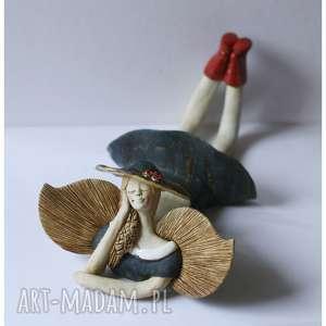 Anioł leżący granatowo-matowy w kapeluszu, ceramika, anioł
