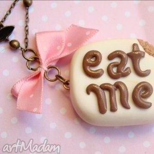 breloczek eat me - breloczek, fimo, modelina, ciastko, czekolada, kokardka