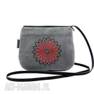 mała wyszywana torebka damska szara z dwukolorowym haftem