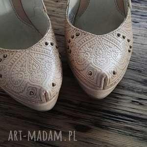 hand-made buty góralskie szpilki tłoczone serca