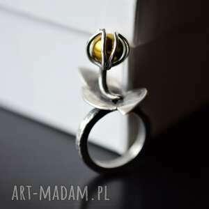 srebrny pierścień z kwiatem