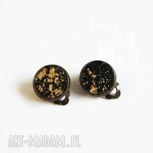 klipsy - żywica czarno-złote małe, brąz, klipsy, żywica, klasyczne, eleganckie