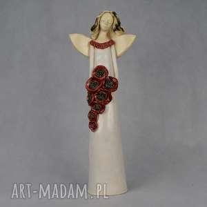 anioł z bukietem maków, kwiatami, recznie wykonany, szkliwiony ceramika