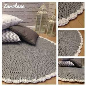 Dywanik wykończony falbanką miedzy motkami dywan, szydełko