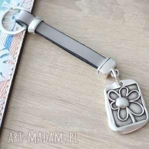 breloki skórzany brelok do kluczy flower gray, brelok, rzemień, zawieszka, kwiat