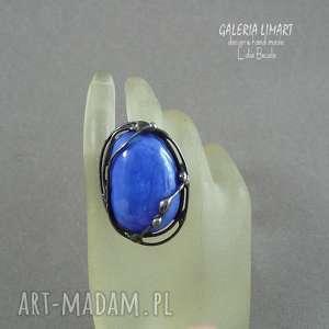 kobaltowo na palcu, perścionek absolutnie niezwykly ze wzgledu kolor oczka