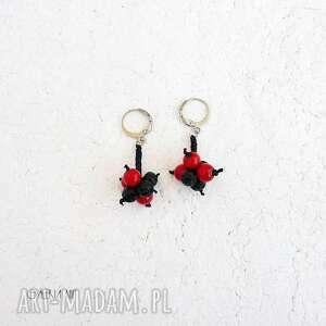 czerwone i czarne kolczyki, kolczyki z kulkami, koral czerwony