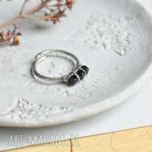 black - pierścionek ze szklanymi kryształkami, czarny pierścionek