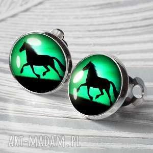 klipsy klasycznie zapinane czarny koń, wygodne, konie, szmaragdowe, zwierzę