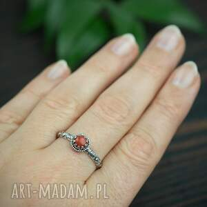srebrny pierścionek z koralem i zdobiona obrączka, czerwonym oczkiem
