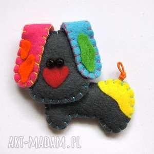 Prezent Kolorowy piesek broszka z filcu, filc, pies, łaty, broszka, biżuteria