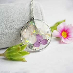 naszyjnik z kwiatami w żywicy - piękny prezent na wiele okazji, dzień matki