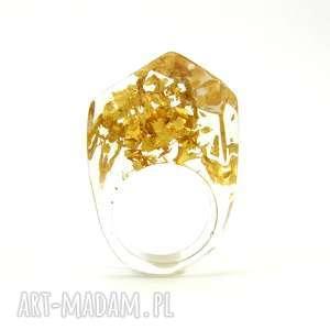 Prezent Pierścionek z płatkami złota, transparentna żywica, złoto, prezent