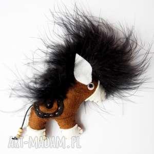 Brązowy koń broszka z filcu, koń, broszka, filc, siodło, dziecko, pióra
