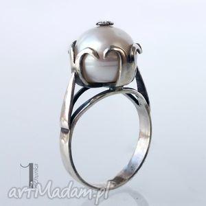 Perłowy - srebrny pierścionek z perłą słodkowodną miechunka