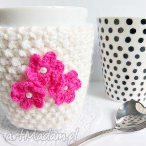 Kremowy otulacz na kubek z kwiatuszkami - ,otulacz,ocieplacz,kubek,walentynki,