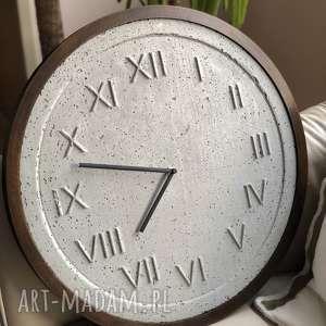 Handmade zegar z betonu szary drewniana rama ciemny dąb