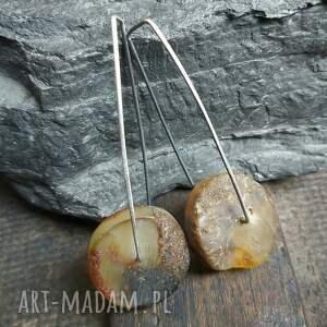 minimalistyczne kolczyki srebrne z surowym bursztynem