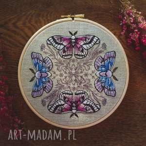 obrazek haftowany krąg ciem - dekoracja, tamborek, ćma