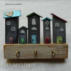 Prezent szare domki nr 1 - wieszak, na-prezent-do-nowego, drewno