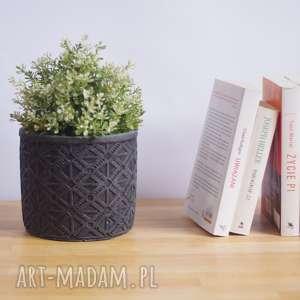 betonowa duża szara donica o oryginalnym wzorze, osłonka na kwiaty wykonana