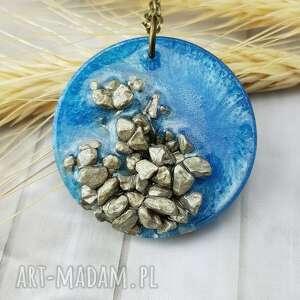 handmade wisiorki 1054/mela - wisiorek z żywicy i kamieni, koło