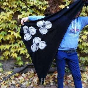 czarna chusta handmade wełniana , elementy filcowane to wełna merynosów, produkt