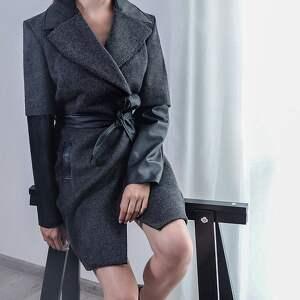 wełniany płaszcz z podwójnym rękawem - płaszcz, wełna, skóra