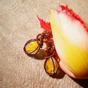 ręcznie zrobione kolczyki żółte polne - kolczyki z kwiatu, żywicy i miedzi