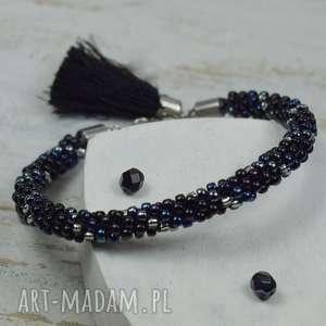 elegancka bransoletka z koralików w odcieniach czerni, srebra i granatu