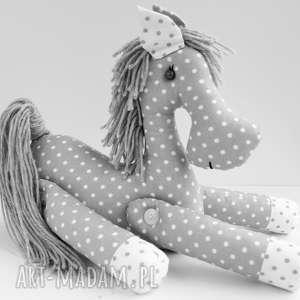kuferek-malucha brykający konik przytulanka w kropki - skandynawski