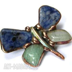 Broszka: Motyl granatowo-zielony, motyl, kamienie, sodalit, awenturyn, broszka