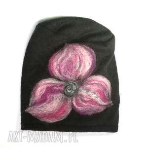 czapka wełniana filcowana czarna zimowa handmade w kwiaty na podszewce-box wir