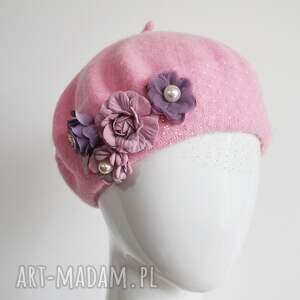 różowy beret, róż, kwiaty