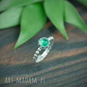 srebrny pierścionek z zielonym chalcedonem i obrączka kuleczki, oczkiem
