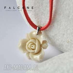wisiorki kremowa róża, kremowy, romantyczny, srebro, rzemyk