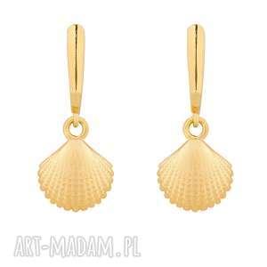 złote kolczyki z muszelkami - minimalistyczne, eleganckie, wakacyjny