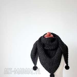 Czarna chusta z pomponami zrobiona na drutach, chusta-z-pomponami, chusta-na-drutach