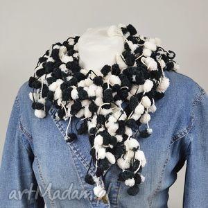 pom-pon scarf - czarno-biały - czarny, biały, elegancki, modny, nowoczesny, pompon