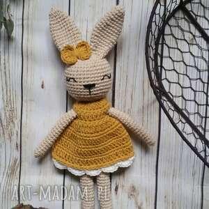 ręcznie wykonane maskotki królisia monika w szydełkowej sukience