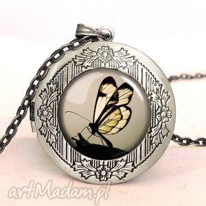 motyl w sepii - sekretnik z łańcuszkiem - sekretnik, medalion, motyl, zdjęcie