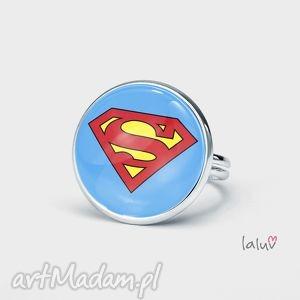 wyjątkowy prezent, pierścionek superman, superbohater, ratuje, świat, peleryna
