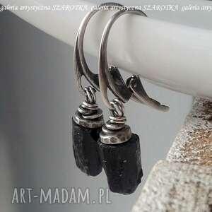 w czerni na surowo kolczyki z turmalinu i srebra, turmalin szerlit, srebro