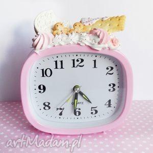 duży budzik z ciastkami, budzik, słodycze, ciastko, fimo, różowy, prezent dom