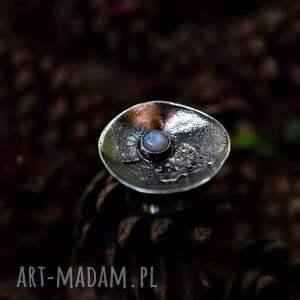 srebrny pierścień z kamieniem księżycowym