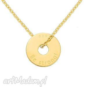 złoty naszyjnik z małą karmą be strong, grawer, motto