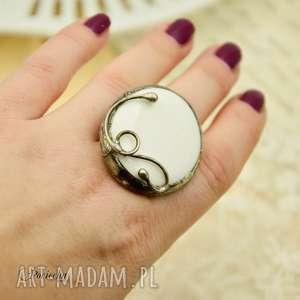 na biało - duży pierścionek ze szkłem, pierścionek, biały, białe szkło
